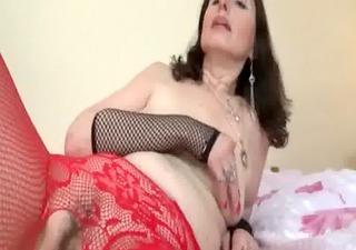 Mature bitch in pantyhose masturbates in bed